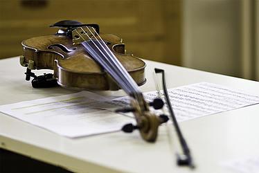 Violine auf Tisch liegend/Foto: Ronny Waleska