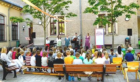 Kinder der 63. Grundschule beim The Young ClassX Schulhofkonzert/Foto: F. Wendler