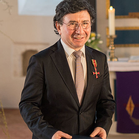 Prof. Arkadi Zenzipér mit dem Bundesverdienstkreuz/Foto: Paco Fiedler