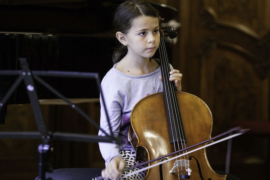 Kind mit Violoncello/Foto: Ronny Waleska