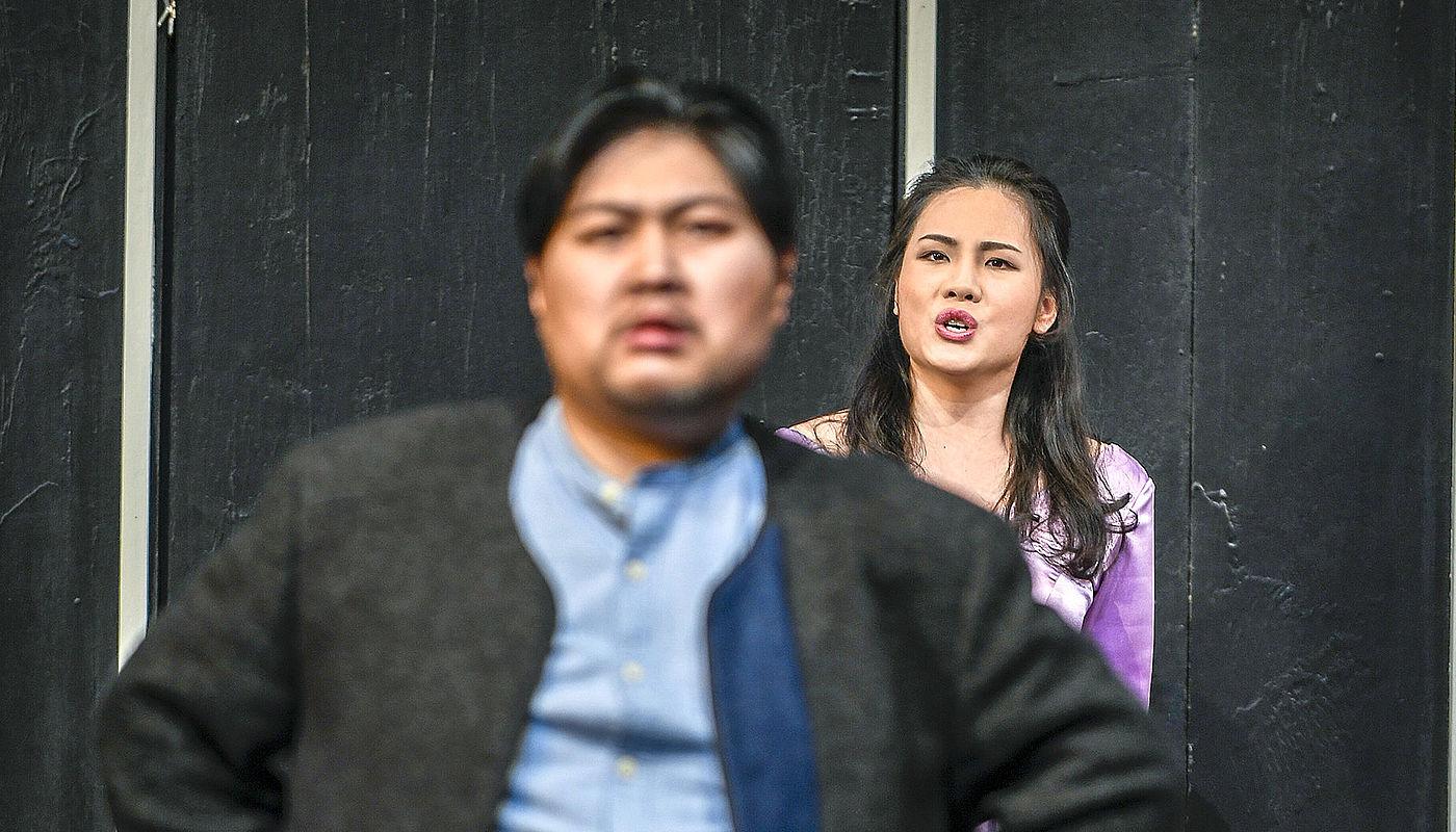 Chao Deng als Gianni Schicchi und Qing Wang als Lauretta, Foto: Sebastian Hoppe