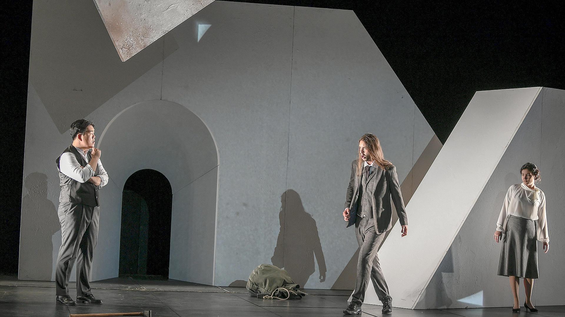 Seungjin Park als Son beau-père, Konrad Furian als Le matelot und Mariko Lepage als Sa femme, Foto: Sebastian Hoppe