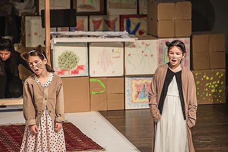 """Sophie (l.) und Josepha (r.) als Katzenkinder in der Aufführung """"Das Katzenhaus vom 13.5.2017/Foto: Marcus Lieder"""