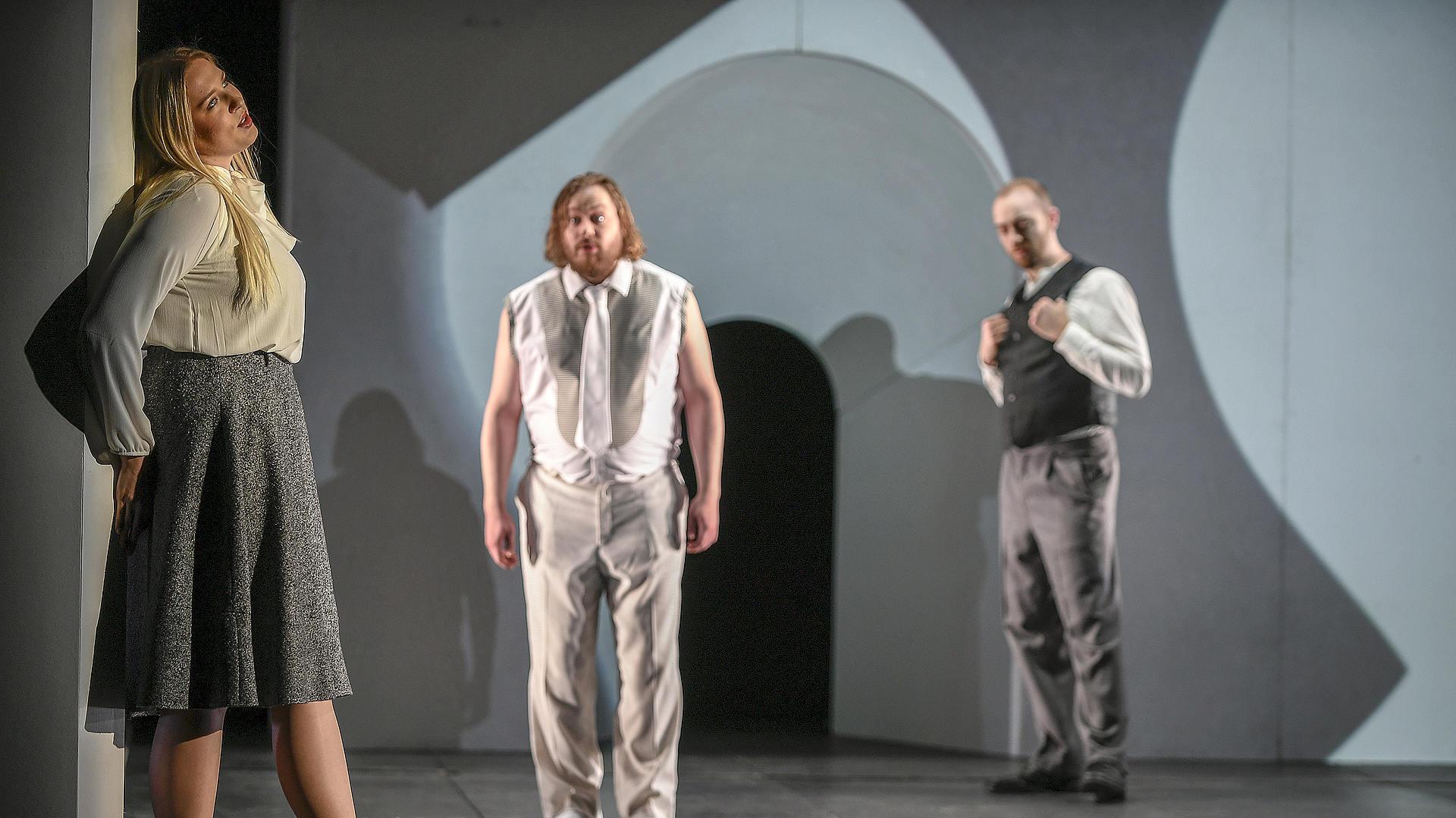 Paulina Bielarczyk als Sa femme, Jussi Juola als Son ami und Peter Fabig als Son beau-père, Foto: Sebastian Hoppe