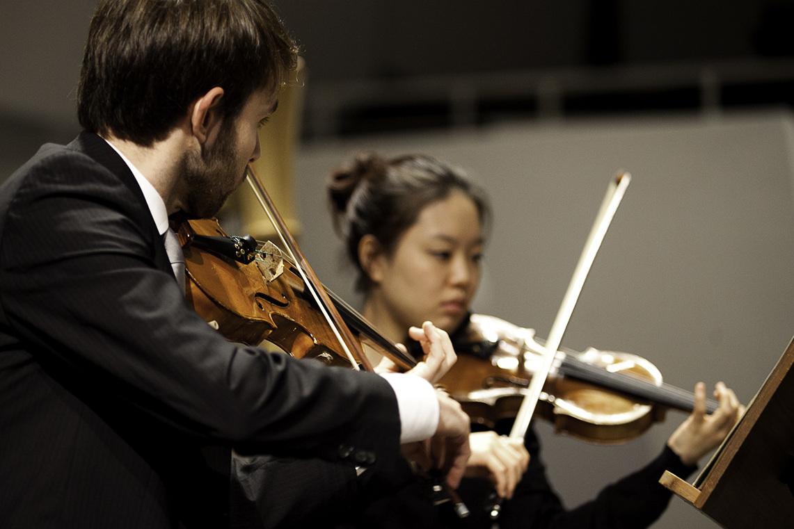 [Translate to Englisch:] Streicher im Hochschulsinfonieorchester/Foto: Marius Leicht